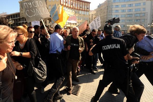 Propadanje medija u Makedoniji: Farsa koja postupno postaje tragedijom