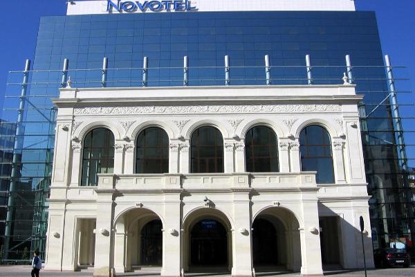 Foto: Wikipedia / Obnovljena fasada starog nacionalog kazališta na hotelu u Bukureštu
