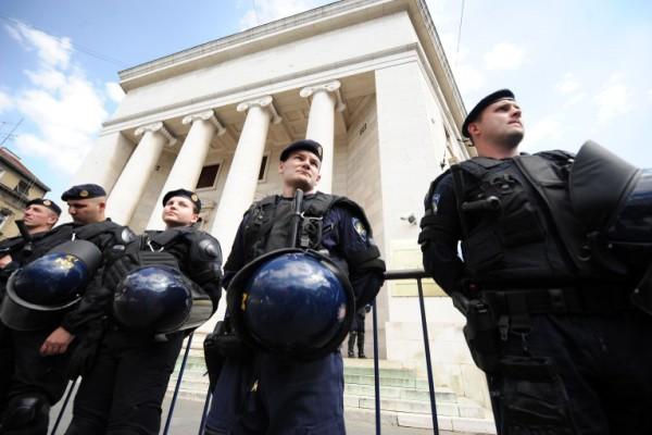 Foto: AFP / Stringer / Policija čuva zgradu Hrvatske narodne banke tijekom prosvjeda udruge Franak