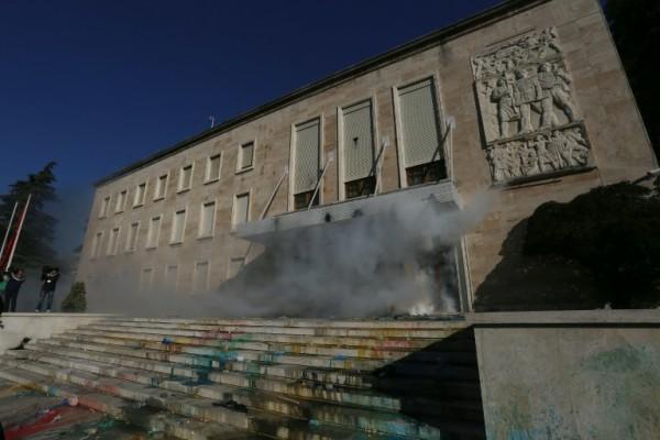Foto: AFP / Gent Shkullaku / Sjedište vlade zasuto bojom