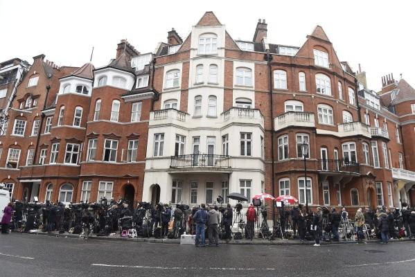 Foto: HINA / EPA / Facundo Arrizabalaga / Novinari ispred ekvadorske ambasade u Londonu