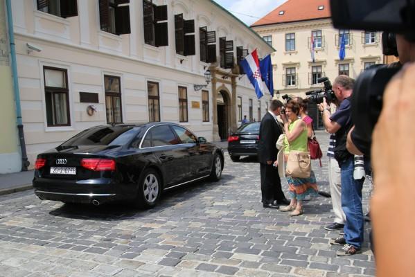Foto: HINA / Lana Slivar Dominić / Premijer Orešković automobilom odlazi iz Banskih dvora