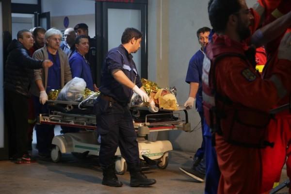 Foto: AFP / Andreea Tanase / Transport žrtve požara u klubu Colectiv u bolnicu