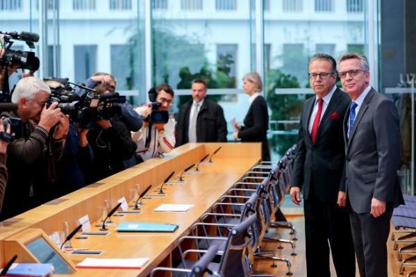 Foto: AFP / DPA / Kay Nietfeld / Njemački ministar unutarnjih poslova Thomas de Maiziere (desno) i predjsdnik njemačkog  ureda za migracije i izbjeglice Frank-Juergen Weise (lijevo)