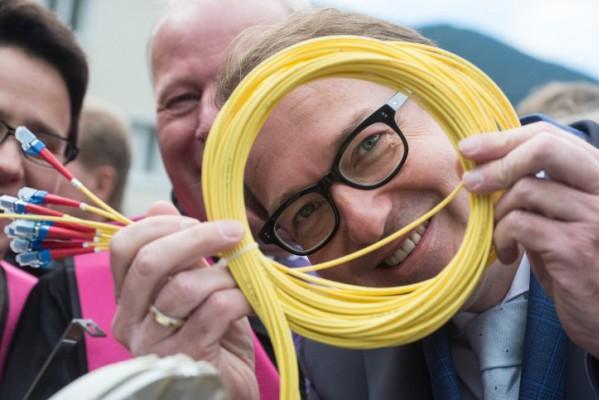 Tko smije graditi mrežu optičkih kablova?