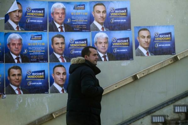 Foto: AFP / Robert Atanasovski / Predizborni plakati DUI-ja