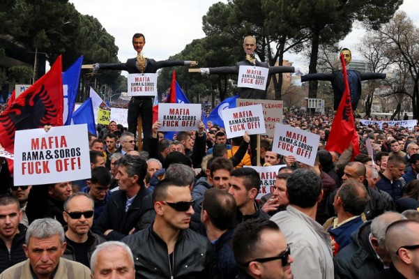 Politička kriza u Albaniji: marihuana, šator i Breitbart