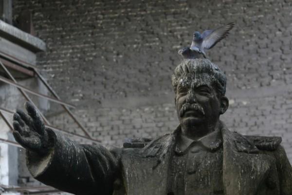 Foto: AFP / Gent Shkullaku (Kip Staljina u skladištu ljevaonice u Tirani)