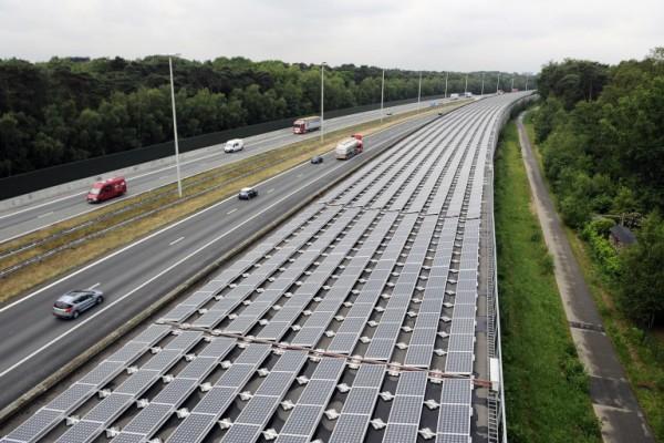 Foto: AFP / Belga / Dirk Waem / Solarni paneli pored autoputa