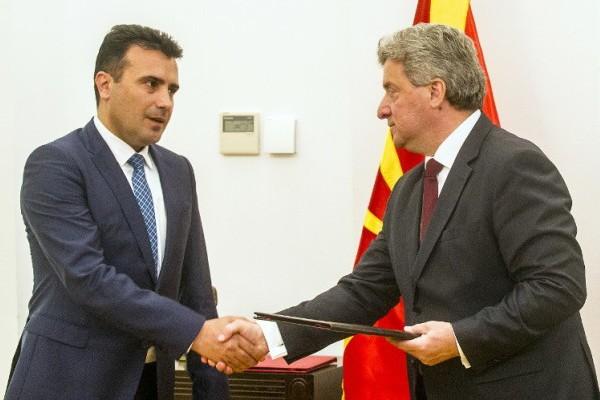 Foto: AFP / Robert Atanasovski / Predsjednik Đorđe Ivanov (desno) uručuje mandat Zoranu Zaevu (lijevo)