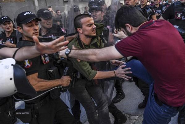 Foto: AFP / Bulent Kilic / Policajac u civilu udara sudionika Prajda