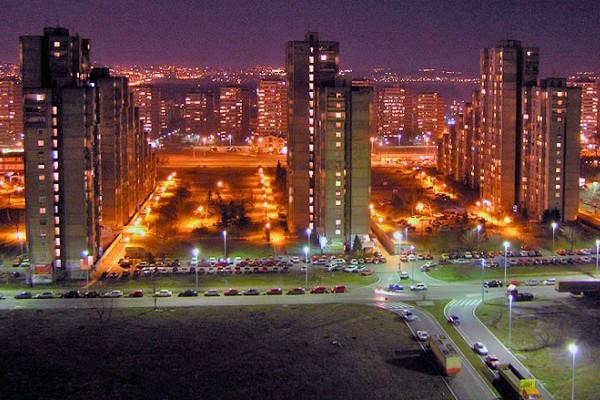 Foto: Wikipedia / Novi Beograd noću / IIustracija