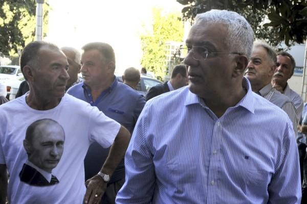 Foto: AFP / Savo Prelević / pristaša DF-a (lijevo) i optuženi šef DF-a Andrija Mandić (desno) ispred sudnice prije početka suđenja