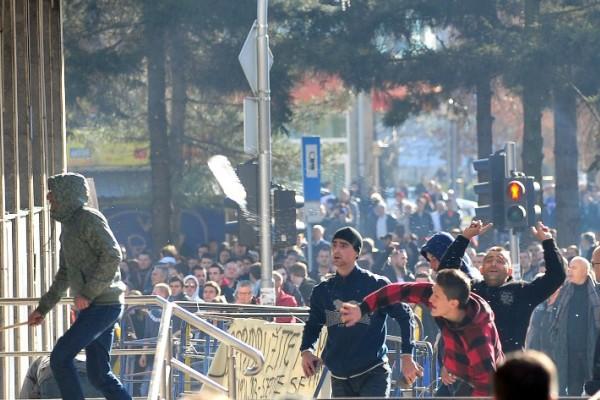 Foto: AFP / Elvis Barukčić / Prosvjedi u Tuzli 2014. godine