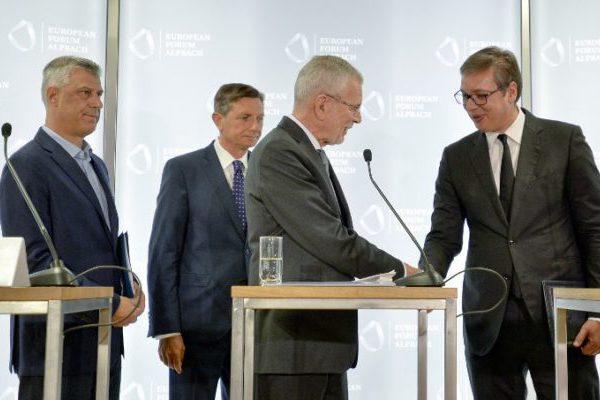 Vučić i Thaçi crtaju po salvetama