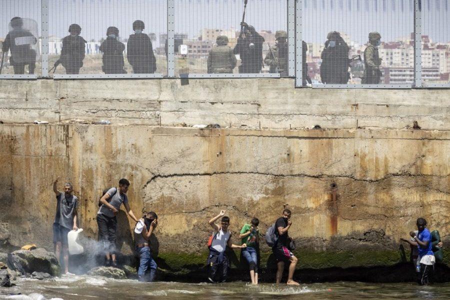 Maloljetni migranti preplavili španjolsku enklavu Ceutu